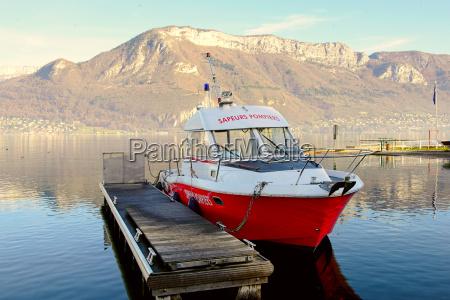 feuerwehrmann boot am dock festgemacht