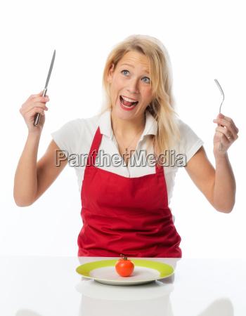 aufgebrachte hausfrau macht diaet und isst