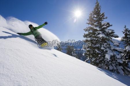 ein snowboarder machen einige frische spuren