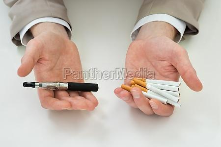 wirtschaftler hand mit elektronischer zigarette