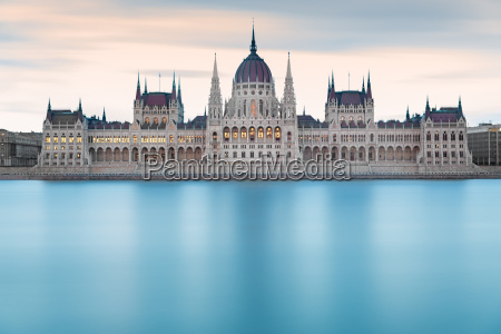 ungarischen parlamentsgebaeude vor der morgendaemmerungbudapest