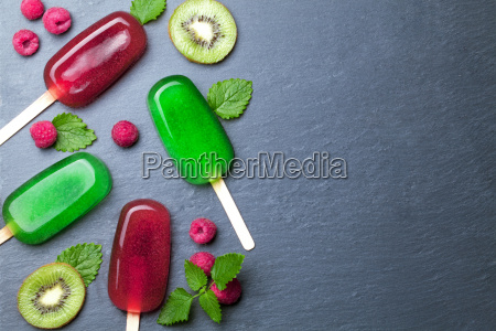 wasser eis mit fruechten auf tafel