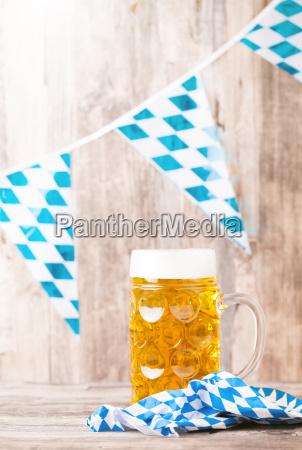 bier glas mit holz hintergrund oktoberfest