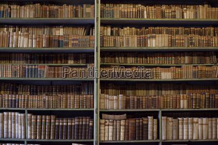 historische alte buecher in der bibliothekaus
