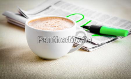kaffeepause am vormittag mit zeitung