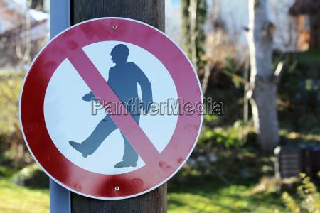 verkehrsschild durchgang verboten strassenschild