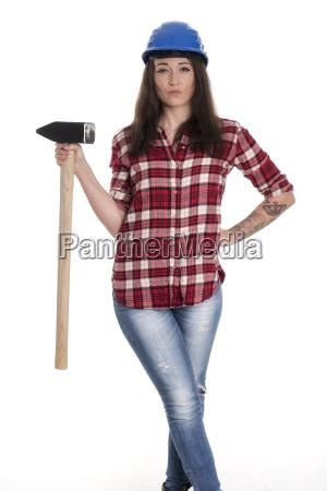 weiblicher handwerker mit einem vorschlaghammer