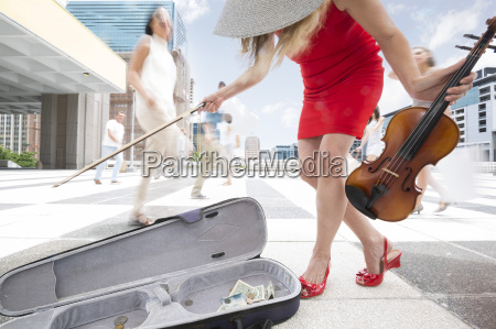 violin player between a crowd of