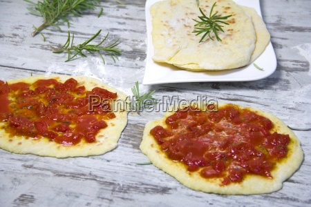 naan bread with tomato pizza topping
