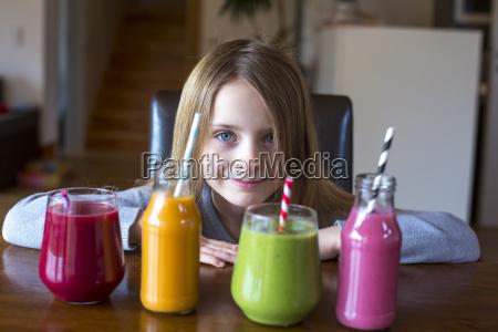 portraet der laechelnden maedchen am tisch