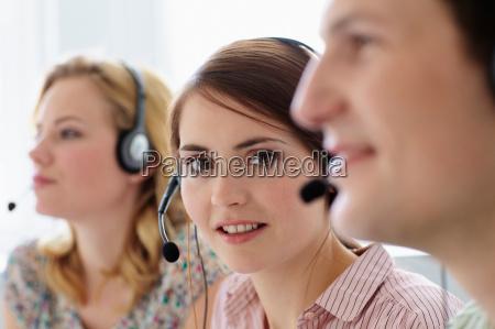 geschaeftsleute arbeiten in headsets