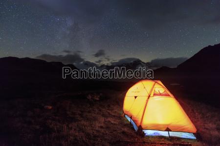a tent under the stars around