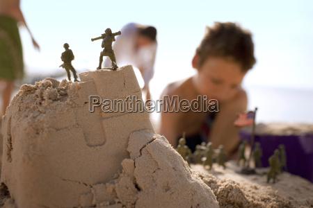 junge junge sandburgen und spielen mit