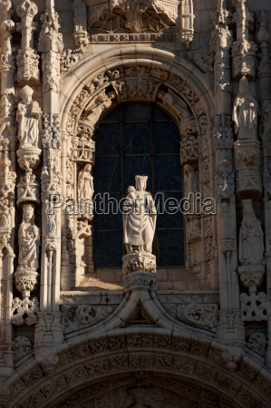 eine statue ueber dem haupteingang zu