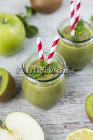 gass of green smoothie and ingredients