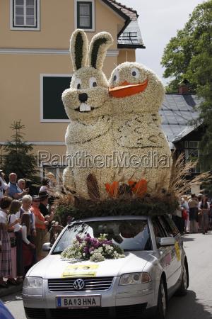 oesterreichsteiermarksalzkammergutausseer landmenschen feiern narzissenfest in bad
