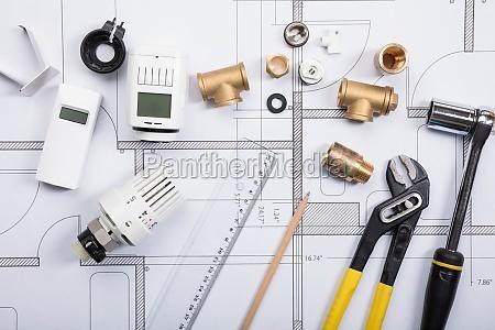 thermostat, mit, arbeitswerkzeugen, auf, blaupausen - 21352369