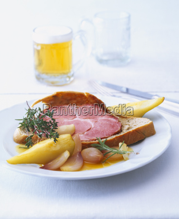 smoked pork with pears in bread